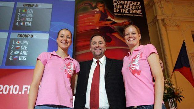 Kateřina Elhotová (vlevo), trenér Lubor Blažek (uprostřed) a Markéta Bednářová po losování mistrovství světa.