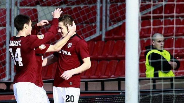 Sparťanský záložník Kucka (vpravo) se raduje z prvního gólu, který dal Brnu.
