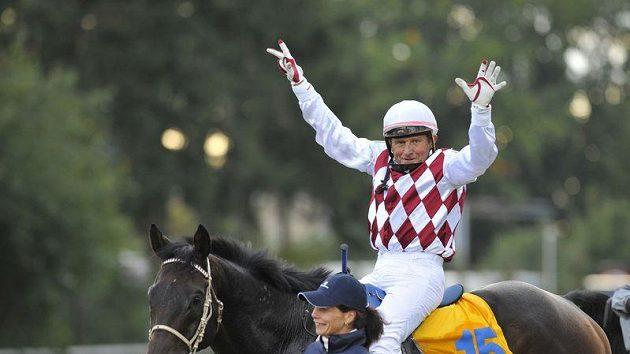 Žokej Josef Váňa s koněm Tiumenem v cíli Velké pardubické. Váňa dostih vyhrál poosmé v kariéře, s Tiumenem potřetí v řadě.