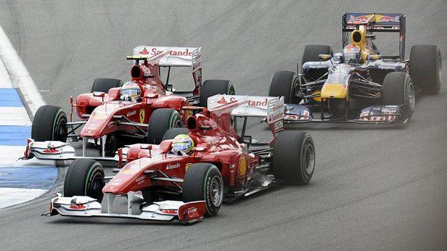 Felipe Massa z Ferrari následovaný stájovým kolegou Alonsem a Vettelem z Red Bullu