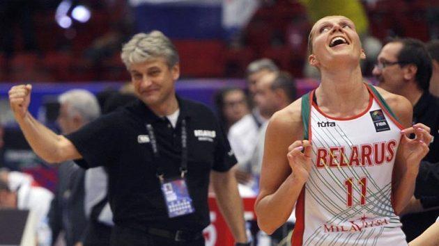 Hráčka Jelena Levčenková a trenér běloruských basketbalistek Anatolij Bujalskij po výhře nad Ruskem