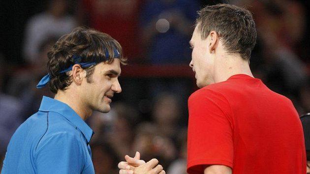 Tomáš Berdych (vpravo) gratuluje Rogeru Federerovi k postupu do finále turnaje v Paříži.