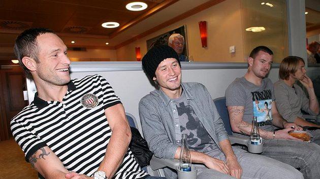Fotbaloví reprezentanti v čele s kapitánem Tomášem Rosickým (druhý zleva) se na utkání NHL dobře bavili.