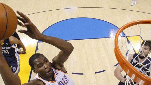 Kevin Durant z Oklahomy (vlevo) byl nejlepším hráčem na palubovce.