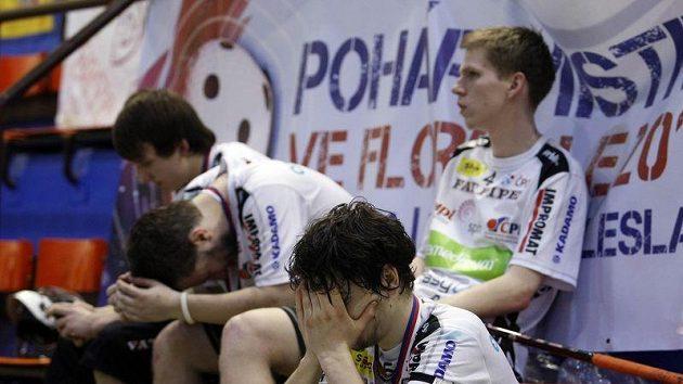 Bezmoc na střídačce. Florbalisté Ostravy promrhali pětibrankový náskok a titul opět slaví Tatran.