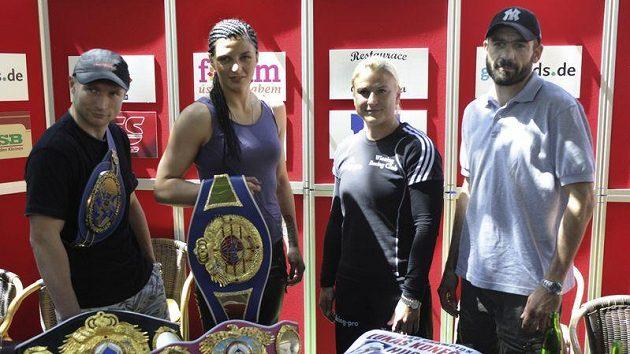 Profesionální boxer Lukáš Konečný (vlevo) před zápasem o titul mistra Evropy s Husseinem Bayramem (vpravo) z Francie. V druhém zápase pátečního večera se utká o titul mistryně světa Christina Hammerová (druhá zleva) s Marií Lindbergovou (druhá zprava).