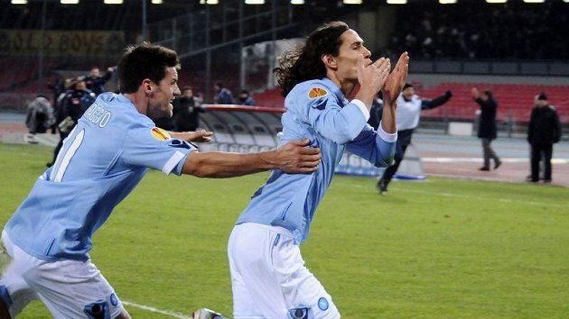 Neapolský Edinson Cavani (vpravo) se raduje z branky.