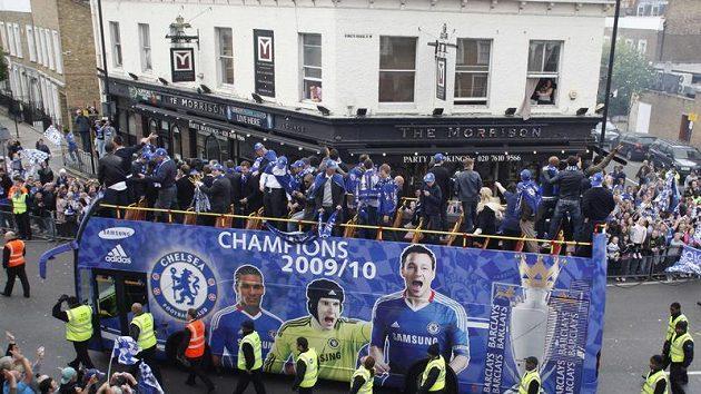 Fotbalisté Chelsea v autobuse projíždějí po zisku double ulicemi Londýna.