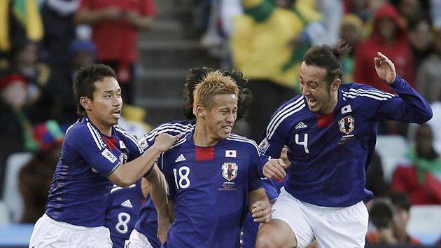 Keisuke Honda (uprostřed) oslavuje se spoluhráči z japonského týmu vstřelený gól na MS v Jihoafrické republice.