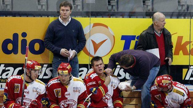 Jiří Čelanský (vlevo) ještě na střídačce hokejistů Slavie Praha.