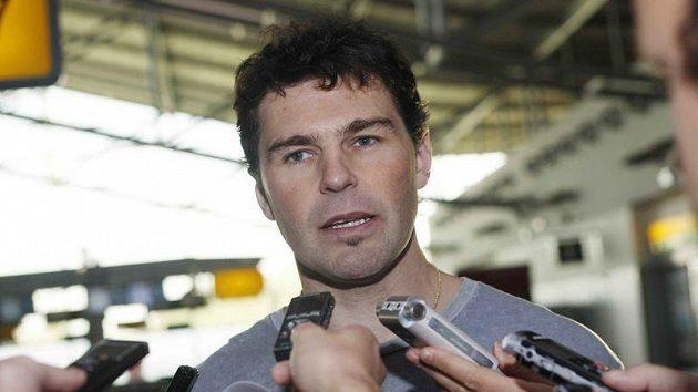 Jaromír Jágr odpovídá na letišti na otázky novinářů před odletem do Ameriky.