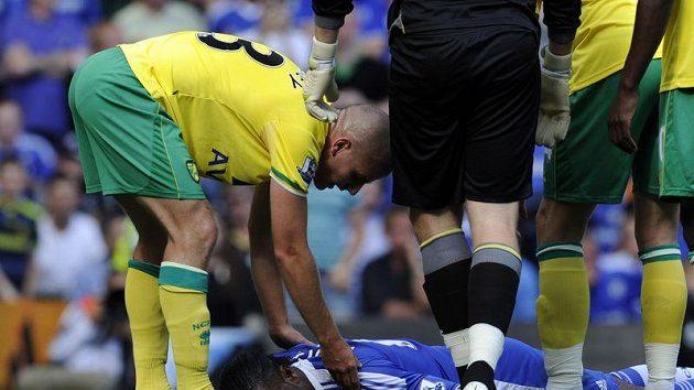 Otřesený útočník Chelsea Didier Drogba po střetu s gólmanem Norwiche Ruddym.