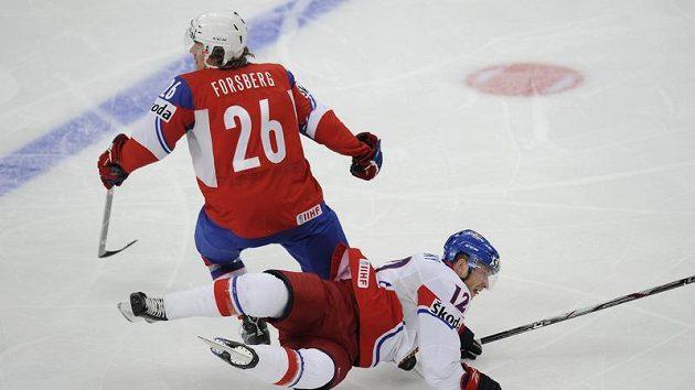 Jiří Novotný na ledě po střetu s Kristianem Forsbergem z Norska