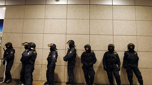 Policisté dohlížejí na fanoušky
