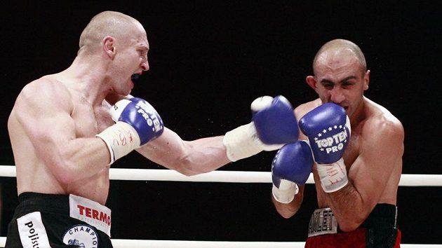 Boxer Lukáš Konečný zasazuje úder Arménu Petrosjanovi.