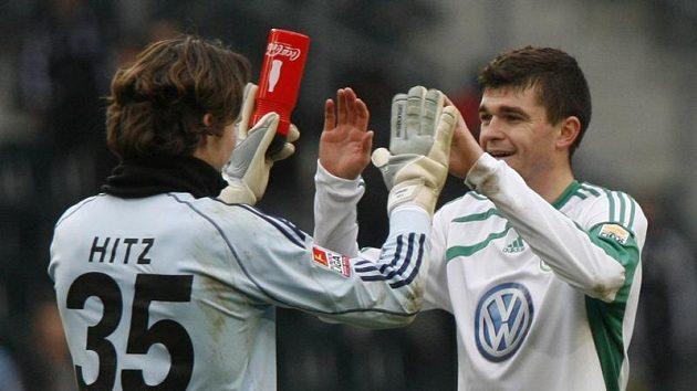 Český obránce Jan Šimůnek (vpravo) se zdraví se svým spoluhráčem z Wolfsburgu Marwinem Hitzem.