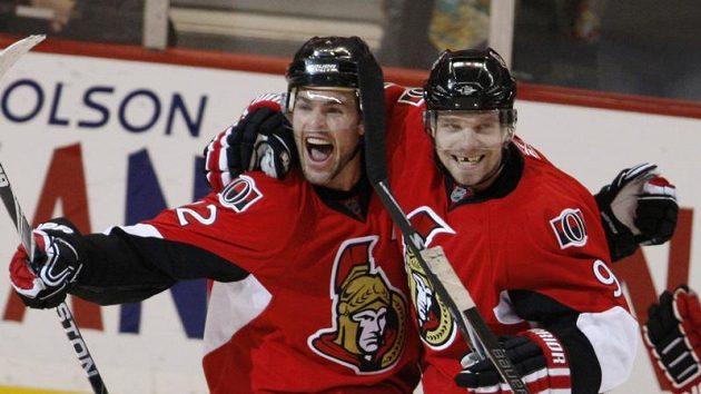 Milan Michálek (vpravo) z Ottawy se raduje se svým spoluhráčem Mikem Fisherem z branky.