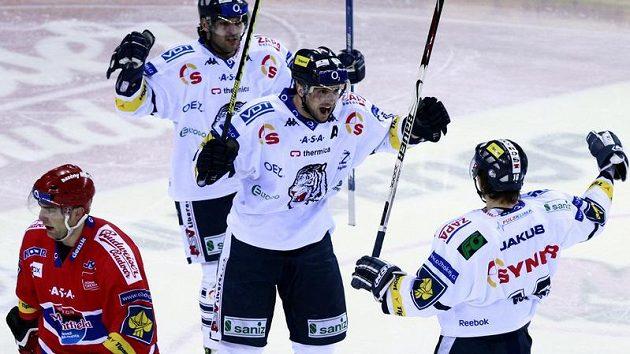 Hokejisté Liberce se radují po brance do sítě Českých Budějovic v předkole play-off.