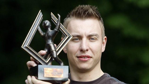 Filip Jícha s trofejí pro nejlepšího házenkáře světa.