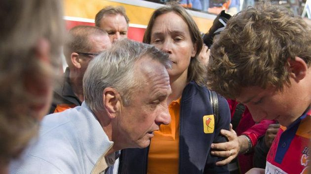 Johan Cruyff se podepisuje nizozemským fandům v Johannesburgu.