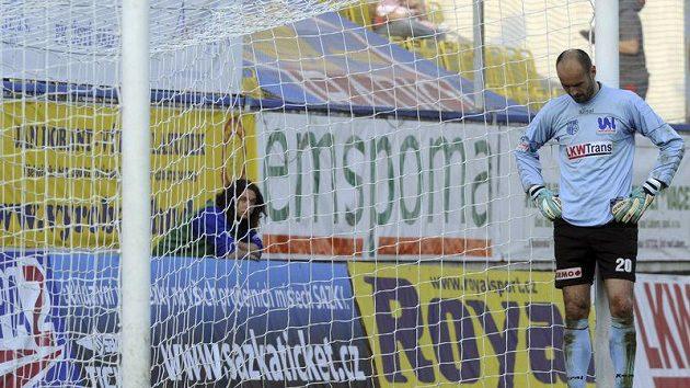 Sklopená hlava brankáře Ústí Michala Vorla jasně naznačuje, jak střetnutí s Plzní dopadlo.