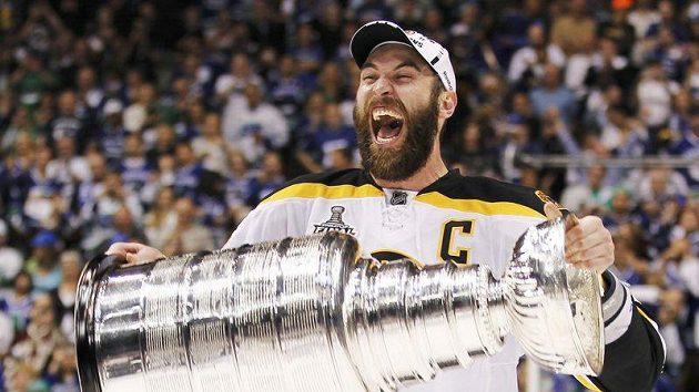 Kapitán Bostonu Zdeno Chára se Stanleyovým pohárem