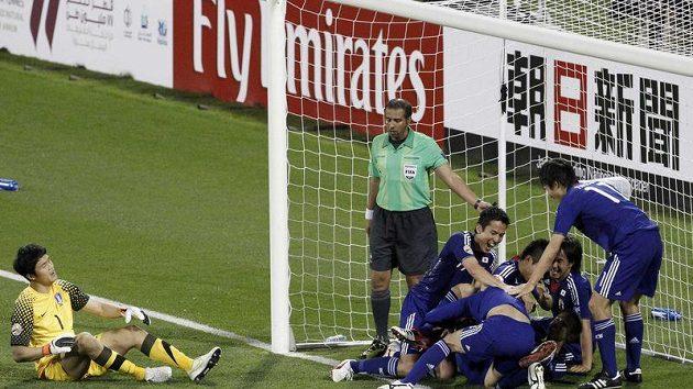 Fotbalisté Japonska se radují z gólu do sítě Koreje.
