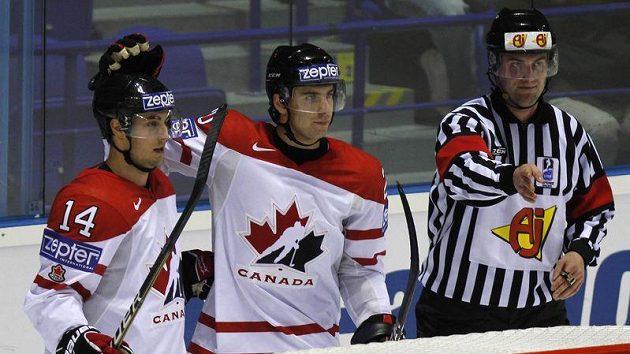 Jordanu Eberlemu (vlevo) blahopřeje k brance jeho spoluhráč z kanadského národního týmu John Tavares.