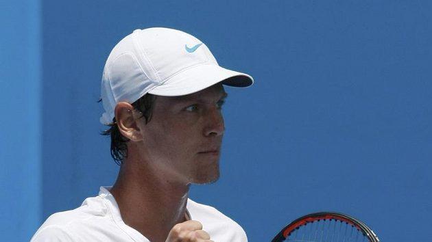 Vítězné gesto Tomáše Berdycha po utkání s Nizozemcem Robinem Haasem.