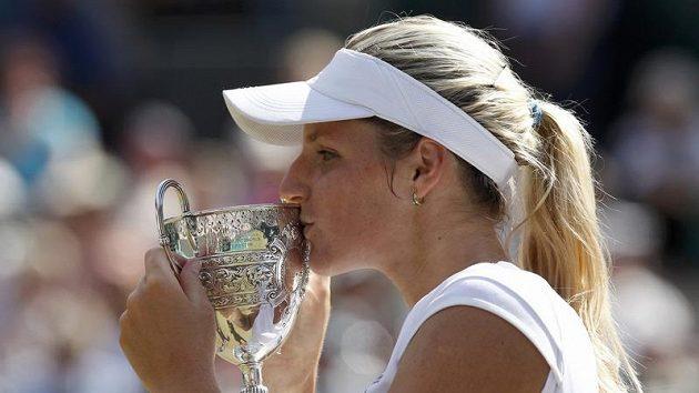 Kristýna Plíškova líbá trofej pro nejlepší juniorku Wimbledonu.