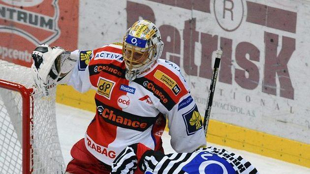 Slávista Jiří Vašíček leží na ledě po kontaktu s jedním z litvínovských hráčů.
