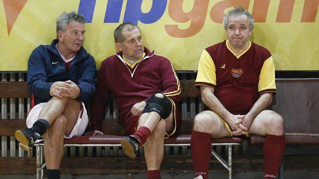 Bílkův asistent Josef Pešice (první zleva) při fotbalové exhibici s Petrem Radou (uprostřed) a a Ladislavem Vízkem,