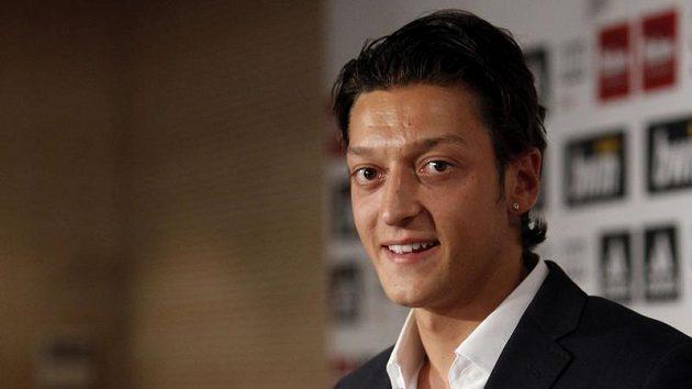 Mesut Özil s dresem Realu Madrid. Zatím bez čísla.