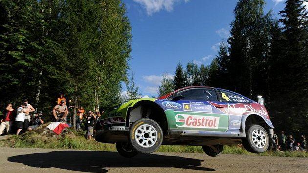 Jari-Matti Latvala s vozem Ford Focus WRC na trati první etapy Finské rallye.