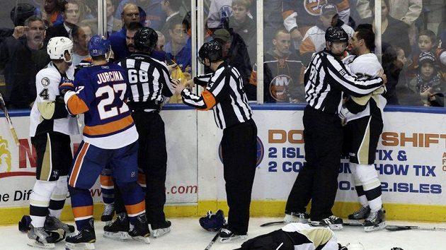 Eric Tangradi z Pittsburghu leží na ledě po jedné z bitek v zápase s NY Islanders.