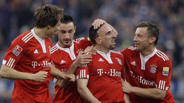 Fotbalisté Bayernu se radují se střelcem gólu Franckem Ribérym (druhý zprava) v utkání proti Schalke.