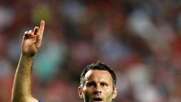Velšský fotbalista Manchesteru United Ryan Giggs se raduje z branky do sítě Benfiky.