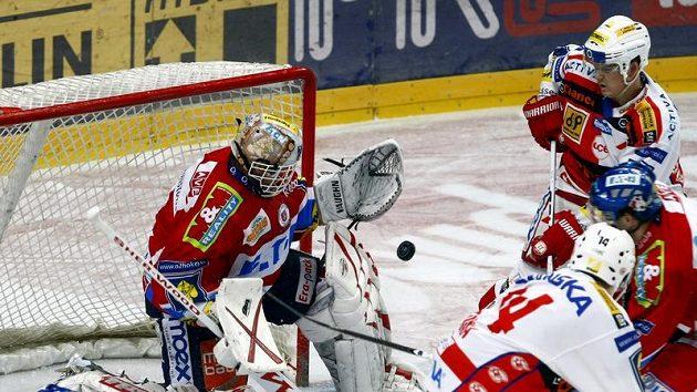 Brankář Pardubic Dominik Hašek v utkání proti Slavii.