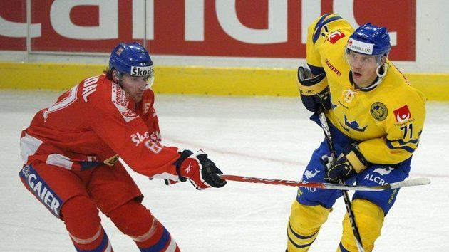 Jakub Nakládal (vlevo) brání Švéda Jonase Anderssona