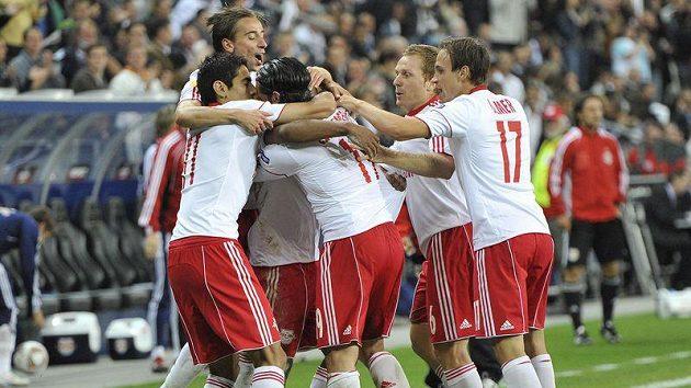 Fotbalisté Salcburku se radují z branky do sítě Slovanu Bratislava.