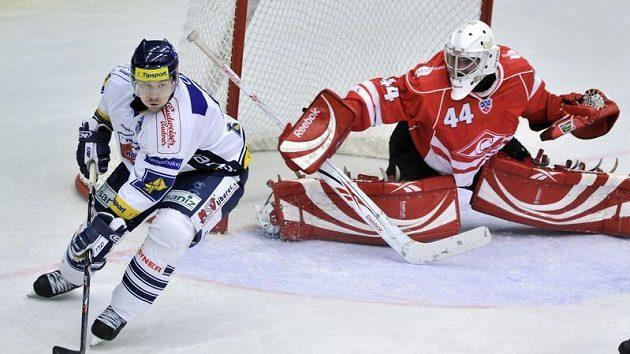 Brankář Spartaku Moskva Alexej Ivanov (vpravo) sleduje Petra Kicu z Liberce.