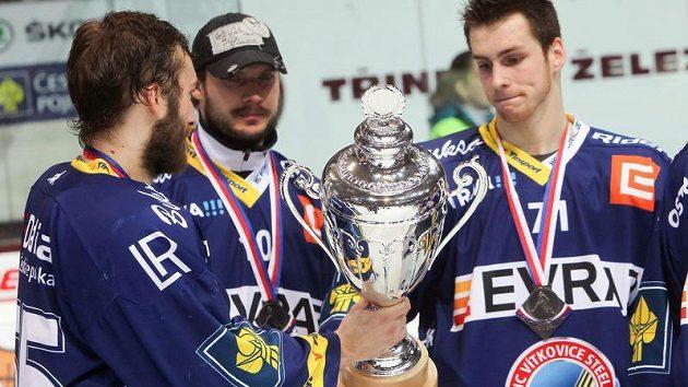 Hokejisté Vítkovic s pohárem pro vicemistra extraligy