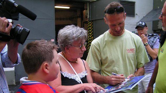 Dominik Hašek se v Havlíčkově Brodě podepisuje svým fanouškům, kteří na něj čekali ve sportovním areálu Kotlina v Havlíčkově Brodě.