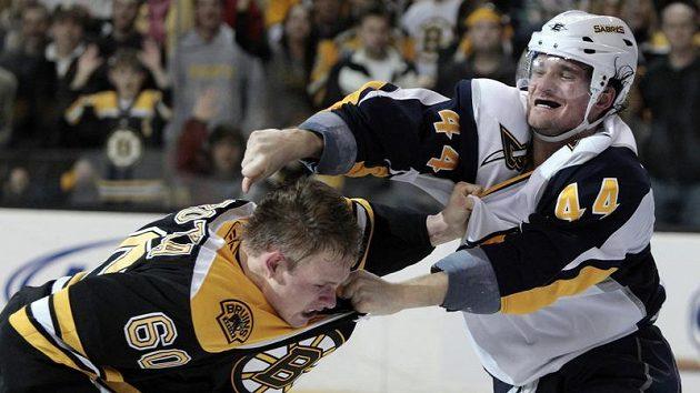 Vladimír Sobotka z Bostonu (vlevo) inkasuje úder od Andreje Sekery z Buffala.