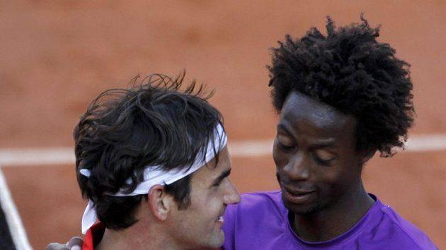 Roger Federer (vlevo) s Gaelem Monfilsem na French Open