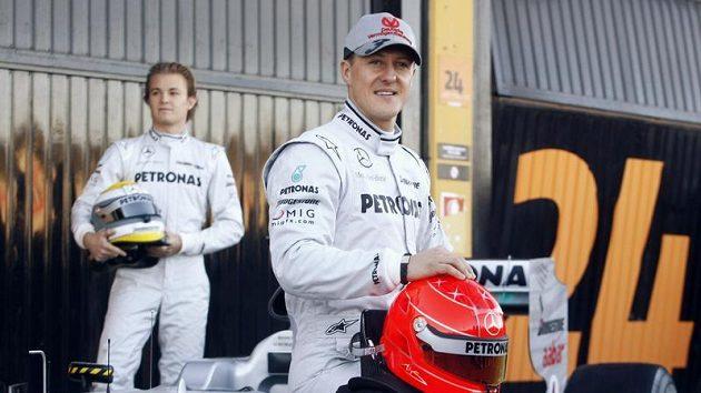 Michael Schumacher pózuje fotografům při testování vozu Mercedes.