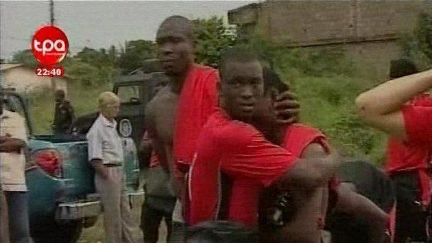 Záběry zachycující fotbalisty Toga bezprostředně po napadení autobusu samopalníkem