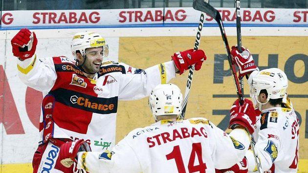 Tomáš Svoboda ze Slavie (vlevo) se raduje se svými spoluhráči z branky.