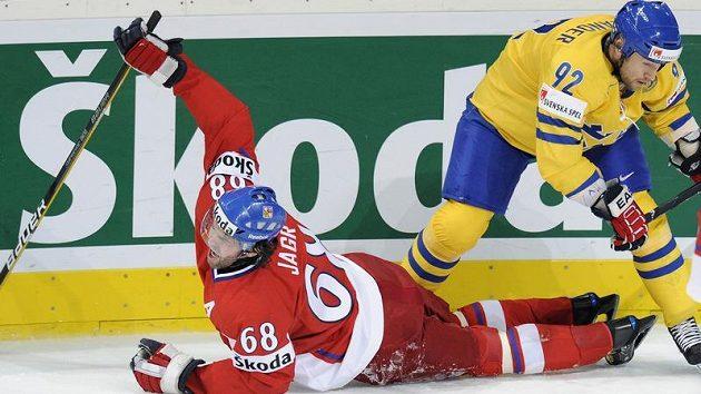 Na ledě Jaromír Jágr, nahoře Švéd Michael Nylander