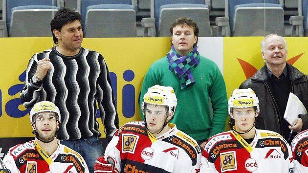 Trenéři hokejistů Slavie Vladimír Růžička (vlevo) a asistent Jiří Čelanský (uprostřed)